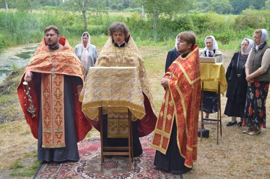 ЯГОТИНЩИНА. Віруючі помолилися про дарування дощу біля цілющого джерела святої Параскеви
