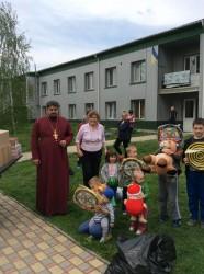 РОГОЗІВ. Від парафій Бориспільщини передано подарунки для сімей переселенців зі сходу України та українським воїнам