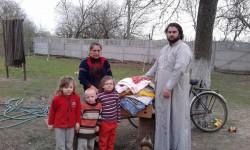 СВІТИЛЬНЯ. Священик передав гуманітарну допомогу багатодітним та малозабезпеченим сім'ям парафії