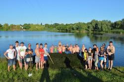 ЯГОТИН. Молодь та духовенство прибрали територію біля озера